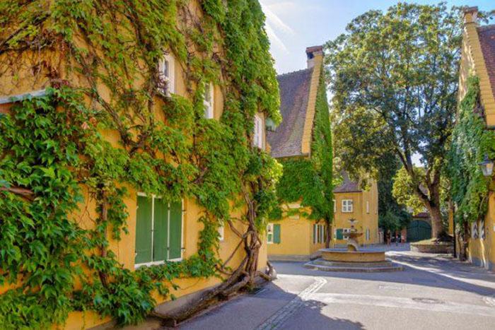 Все здания в Фуггерае желтого цвета, густо увитые растениями.